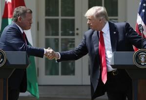 Presidente Donald Trump (à dir.) cumprimenta o rei da Jordânia Abdullah II durante uma entrevista coletiva na Casa Branca Foto: YURI GRIPAS / REUTERS