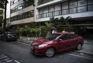 Agentes da PF deixam a casa de Adriana Ancelmo dentro de um carro descaracterizado Foto: Guito Moreto / Agência O Globo