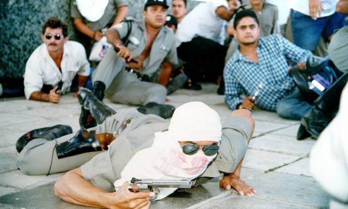 Manifestação de policiais em Fortaleza em 1997 Foto: Evilazio Bezerra/ O Povo de Fortaleza