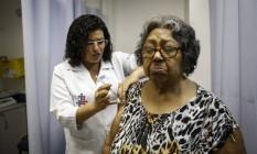 Já imunizada contra a febre amarela, Maria Edvirgns toma vacinas para combater hepatite B e contra tétano e difteria em um posto de saúde no Centro do Rio