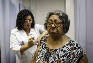 Já imunizada contra a febre amarela, Maria Edvirgns toma vacinas para combater hepatite B e contra tétano e difteria em um posto de saúde no Centro do Rio Foto: Alexandre Cassiano