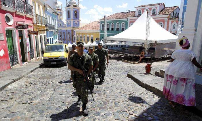 Soldados do Exército patrulham o Pelourinho, durante greve da PM em Salvador Foto: Marcelo Carnaval Agencia O GLOBO - 08/02/201