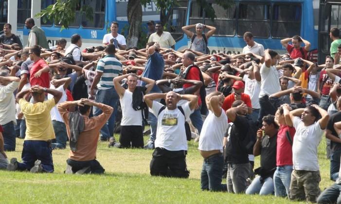 Bombeiros grevistas são presos em Niterói Foto: Marcelo Carnaval Agência O GLOBO - 04/06/2011