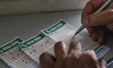 Apostador preenche cartela da Mega-Sena em casa lotéria em Brasília Foto: Edilson Dantas / Agência O Globo/30-12-2016