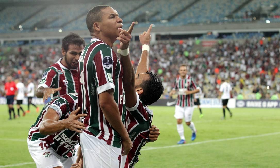 Henrique Dourado ergue as mãos aos céus ao abrir o placar para o Fluminense Marcelo Theobald