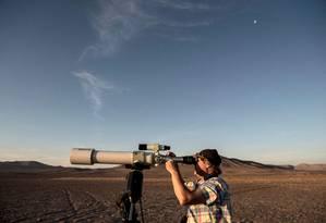 O astrônomo francês Christian Nitschelm observa o céu com telecóspio Foto: MARTIN BERNETTI / AFP