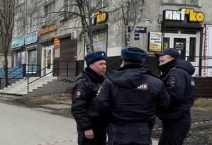 Policiais russos rondando uma área residencial. Foto: STAFF / REUTERS