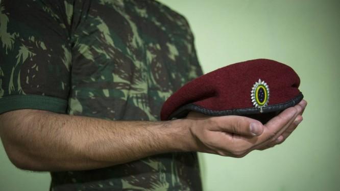 O soldado paraquedista não quer se identificar: denúncia gerou inquérito e está sendo investigada pelo Exército Foto: Alexandre Cassiano / Agência O Globo