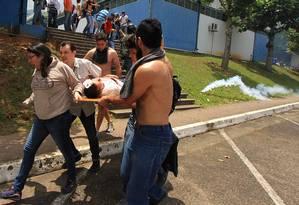 Manifestante é ferido após polícia disparar gás lacrimogêneo e balas de borracha durante marcha contra o presidente Nicolás Maduro na cidade de San Cristóbal Foto: GEORGE CASTELLANOS / AFP