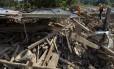 Membros da Defesa Civil caminham por casa destruída por deslizamento em Mocoa, no departamento de Putumayo, na Colômbia