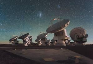 O Atacama Large Millimeter Array, instalado no deserto do Atacama, no Chile, está entre os telescópios do projeto Foto: Christoph Malin / ESO
