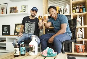 Diogo Mello e Sandro Gomes são amigos desde a infância, mas seguiram caminhos profissionais diferentes. Anos mais tarde, se uniram para criar uma marca de cerveja inspirada no humorista Mussum, pai de Sandro Foto: Fernando Lemos / Agência O Globo