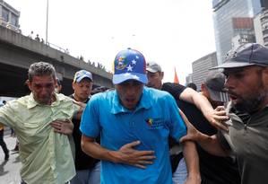 Capriles passa mal após exposição a gases lacrimogêneos em protesto Foto: CARLOS GARCIA RAWLINS / REUTERS