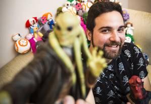 Tiago vai terá um estande na feira, onde venderá 150 produtos, incluindo bonecos, chaveiros, luminárias e anéis de prata. Foto: Agência O Globo / Barbara Lopes
