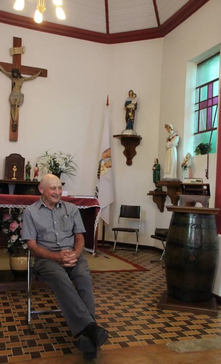 O historiador Remy Valduga fala aos turistas sobre a história da colonização italiana na Capela das Neves, que teria recebido vinho em vez de água em sua argamassa Foto: Eduardo Maia / O Globo