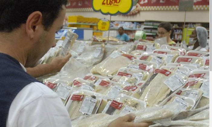 Técnico da Vigilância Sanitária do Rio verifica bacalhau colocado à venda Foto: Divulgação