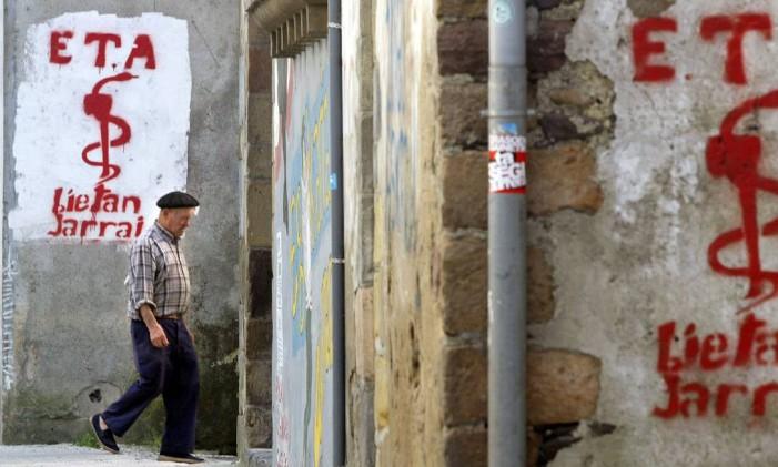 Idoso passa por pichações do ETA em Goizueta Foto: PABLO SANCHEZ / REUTERS
