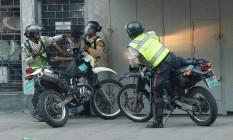 Policiais detêm a força manifestante em Caracas Foto: CHRISTIAN VERON / REUTERS