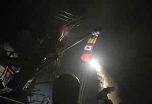 Marinha dos EUA revela foto de lançamento de míssil a partir do USS Ross contra base da Síria Foto: Robert S. Price / AP