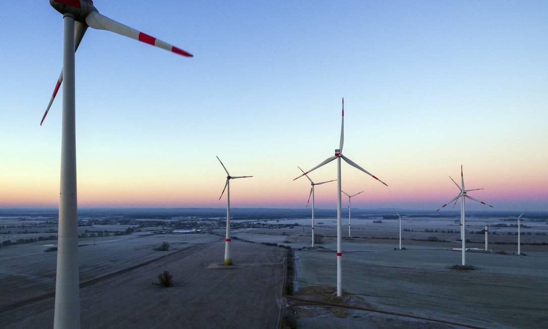 Parque eólico instalado na Alemanha; relatório da ONU mostra que energias renováveis estão ficando mais baratas Foto: Patrick Pleul / AP