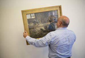 Meir Heller, advogado em Jerusalém, prepara quadro que será enviado para os Estados Unidos Foto: Ariel Schalit / AP