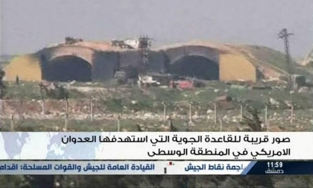 Imagem de transmissão na televisão estatal síria mostra base militar que foi atingida por ataque ordenado pelo presidente Donald Trump Foto: REUTERS TV / REUTERS