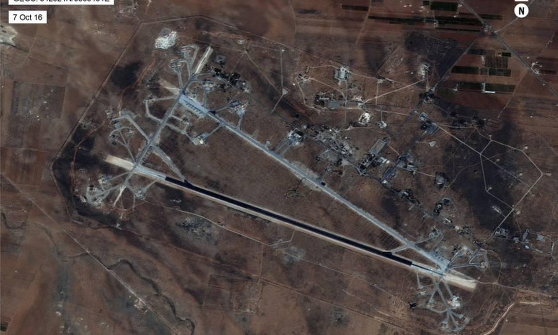 Imagem de satélite divulgada pelo Departamento de Defesa dos EUA mostra base aérea de Shayrat, na Síria; dezenas de projéteis foram lançados em resposta a ataque químico de terça-feira, atribuído ao regime sírio pela Casa Branca Foto: AP