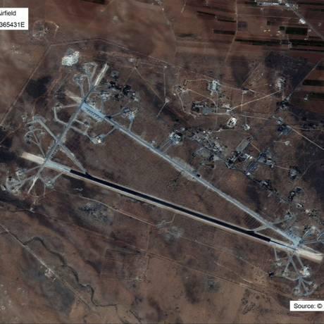 Imagem de satélite divulgada pelo Departamento de Defesa dos EUA mostra base aérea de Shayrat, na Síria; dezenas de projéteis foram lançados em resposta a ataque químico atribuído ao regime sírio pela Casa Branca em 2017 Foto: AP