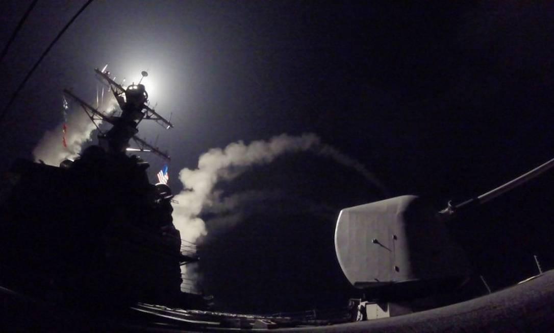 Destruidor de mísseis guiados dos EUA lança ataque com mísseis no Mediterrâneo; ataque de Trump foi o primeiro diretamente contra o presidente sírio, Bashar al-Assad, desde o início da guerra civil Foto: Ford Williams / AP