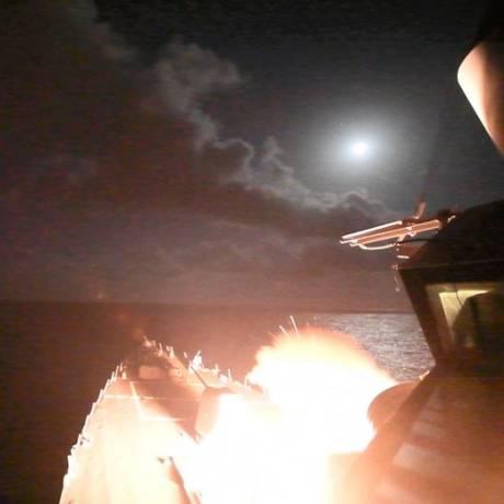 Míssil tomahawk ilumina navio americano parado no Mar Mediterrâneo em ataque contra a Síria Foto: Ford Williams / AP
