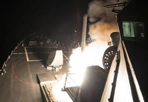 Tomahawk sendo lançado do destróier USS Ross, baseado no Mar Mediterrâneo Foto: MC3 (SW) Robert S. Price / REUTERS