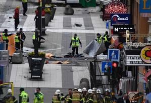 Polícia recupera corpos após atentado ao centro de Estocolmo Foto: JONATHAN NACKSTRAND / AFP