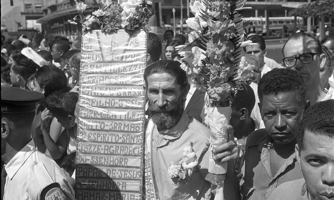 O Profeta Gentileza na década em 1962, nos primeiros anos de pregação no Rio. Mas o legado do Profeta Gentileza ultrapassou fronteiras. A imagem do homem de cabelos e barba longos, vestido com uma túnica branca, munido de um estandarte, é reconhecida e lembrada em pelo menos 40 cidades brasileiras, a maioria do nordeste, locais onde ele esteve nas décadas de 1970 e 1980, divulgando suas ideias e distribuindo flores Foto: Agência O Globo