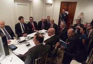 Imagem divulgada pela Casa Branca mostra o presidente Donald Trump sendo informado por sua equipe de Segurança Nacional sobre o ataque militar na Síria Foto: AP