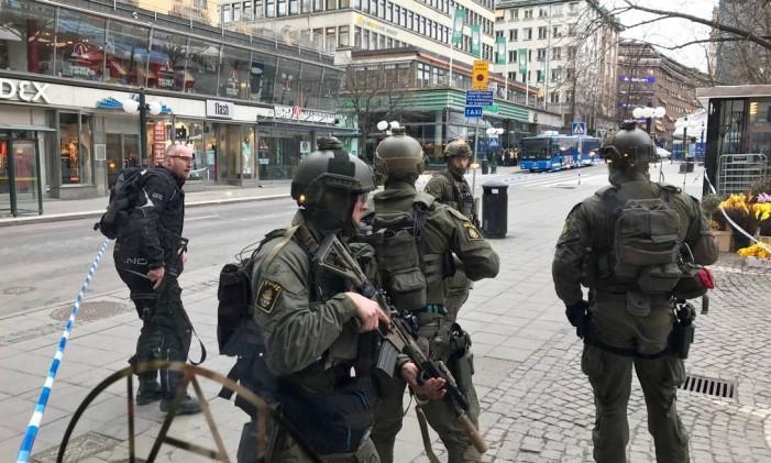 Polícia sueca patrulham o centro de Estocolmo, na Suécia Foto: STAFF / REUTERS