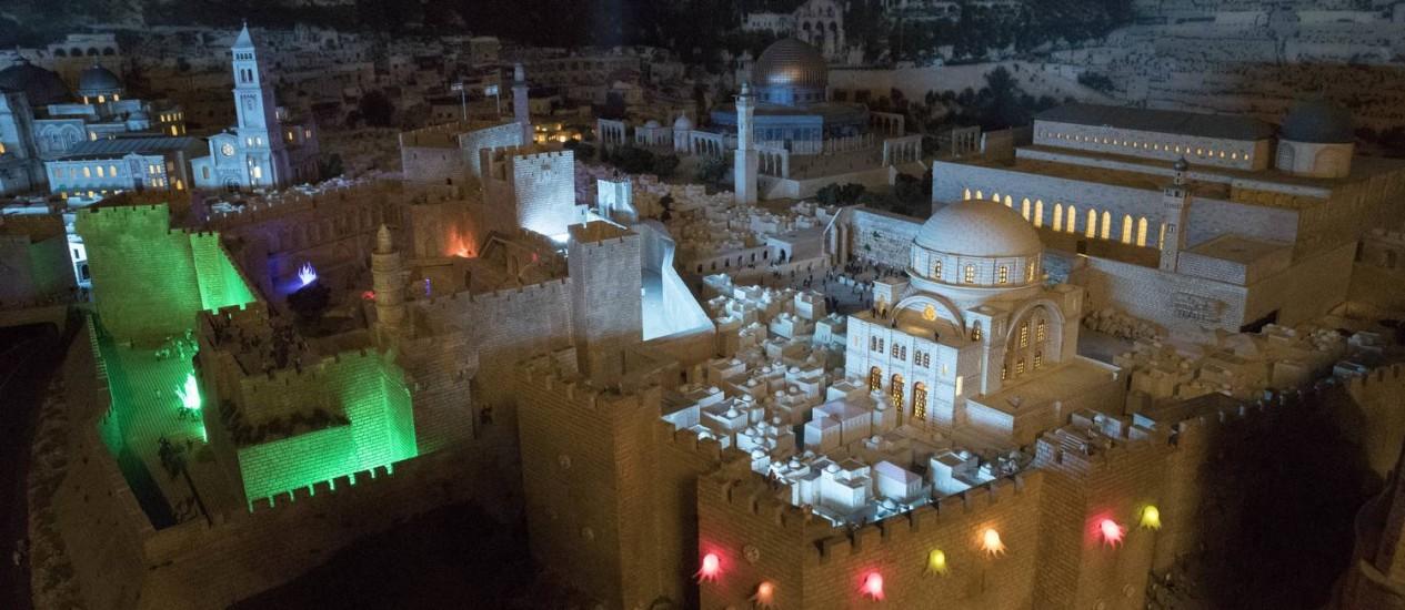 Antigas construções de Jerusalém representadas na maquete do Oriente Médio, parte da exposição Gulliver's Gate, já aberta a visitação na Times Square, em Nova York Foto: Mary Altaffer / AP