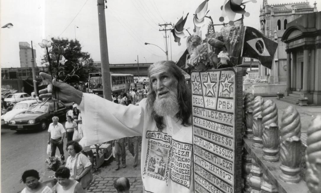 Gentileza costumava andar pela cidade pregando a paz e consolando vítimas de tragédias. Na foto, o profeta visitando o Cemitério de Caju, na década de 1990. Foto: Chiquito Chaves / Agência O Globo