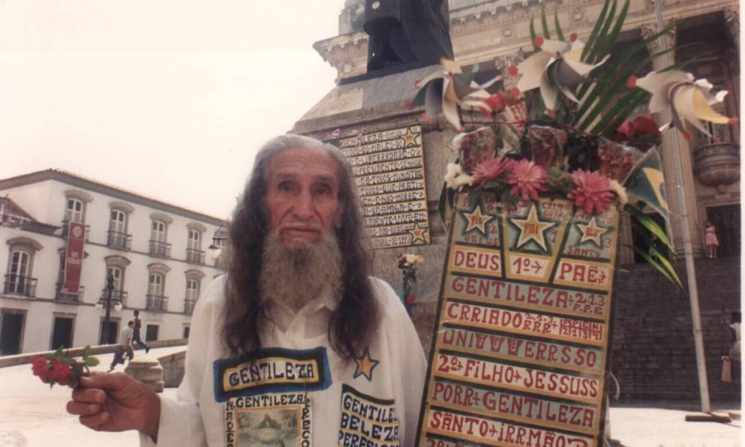 A indumentária branca e o estandarte eram marcas registradas do Profeta Gentileza. Foto: Selmy Yassuda / Agência O Globo