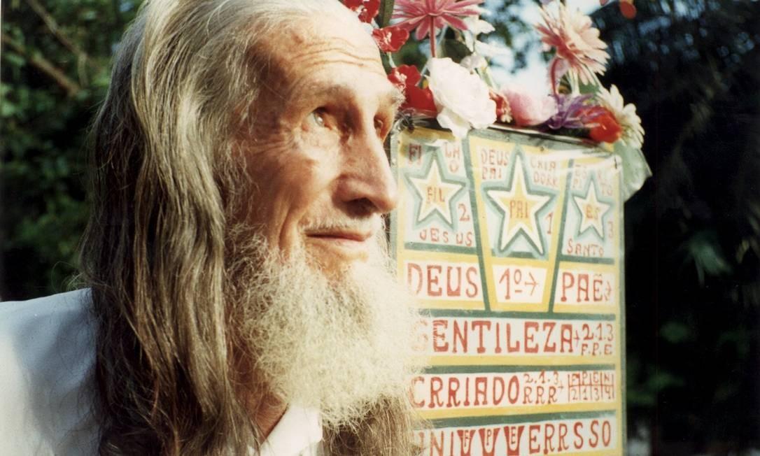 Para muita gente, a imagem de Gentileza, falecido em 1996 aos 79 anos, está associada a de um fanático, meio maluco, que passava a vida pintando paredes. Mas quem conviveu com Gentileza garante: na mesma figura também conviviam o artista popular, o homem do interior inconformado com as injustiças sociais, o poeta, o pintor e o religioso. Foto: Arquivo O Globo
