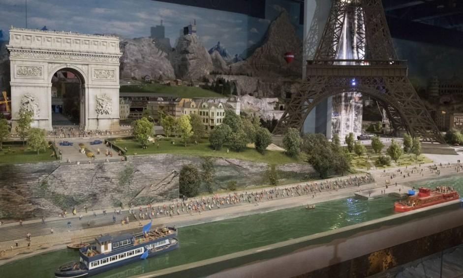 O Rio Sena, o Arco do Triunfo e a Torre Eiffel aparecem na maquete que mostra a Europa no Gulliver's Gate, nova atração da Time's Square, em Nova York Foto: Mary Altaffer / AP