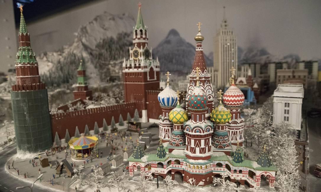 A Catedral de São Basílio e o Kremlin são facilmente reconhecidos na maquete que mostra não só a Praça Vermelha, mas diversos marcos da Rússia Foto: Mary Altaffer / AP