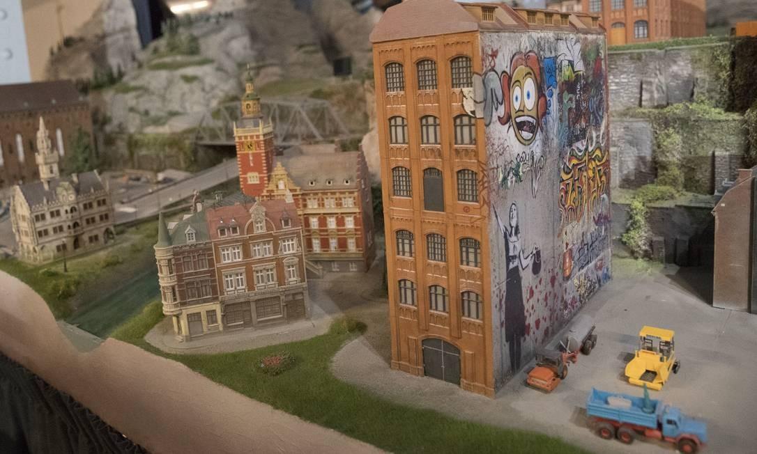Os grafites e os prédios históricos do centro de Praga não ficaram de fora da maquete do continente europeu Foto: Mary Altaffer / AP