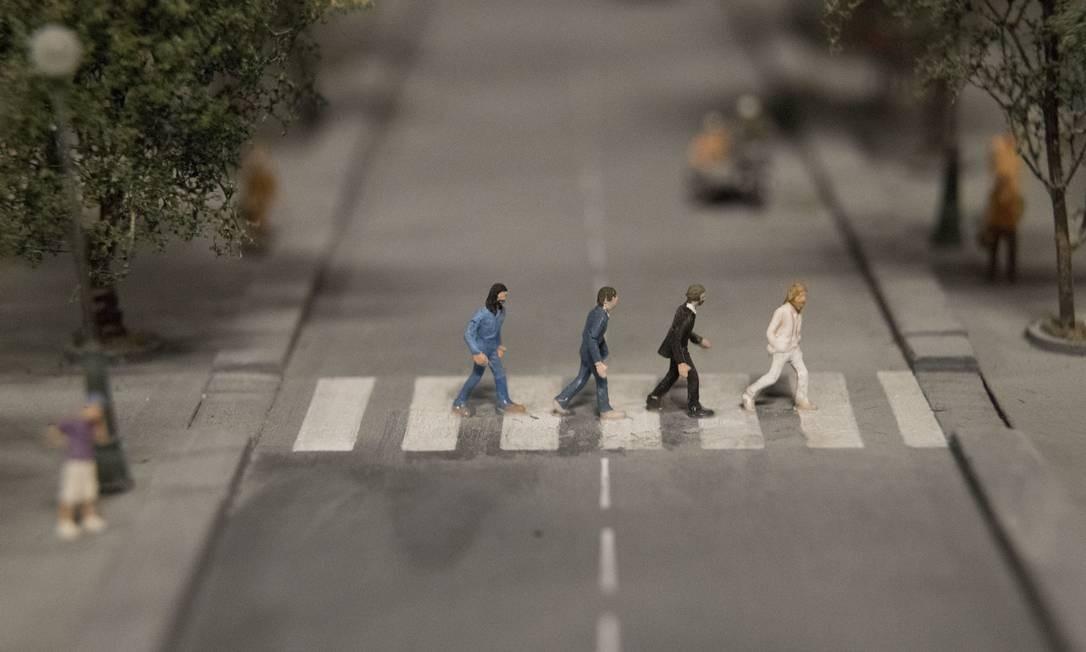 Assim como os Beatles atravessando a faixa na icônica Abbey Road, em Londres. Observar os detalhes é uma das grandes diversões da exposição do Gulliver's Gate Foto: Mary Altaffer / AP