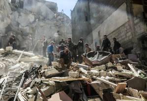 Um homem sírio chora em meio aos destroços na cidade de Saqba, na Síria Foto: AMER ALMOHIBANY / AFP