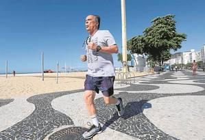 Depois de passar grande parte da vida sedentário, Marcio Bandeira de Mello, de 73 anos, conseguiu se recuperar de uma doença coronariana e interromper ciclo de internações fazendo exercício seis vezes por semana Foto: Guilherme Pinto