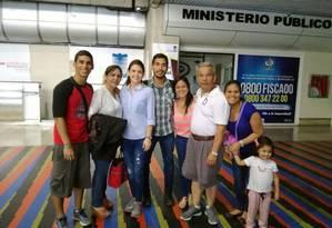 No aeroporto internacional Maiquetía, Carlos de Pablos (camisa branca) despede-se do filho Cesar, o segundo que foi tentar a vida no exterior Foto: Arquivo pessoal