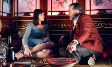 Cena da série 'Vade retro': Celeste (Monica Iozzi) e Abel (Tony Ramos) Foto: Divulgação/TV Globo/Ramon Vasconcelos