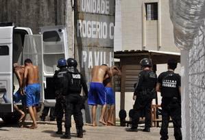 Agentes transferem presos entre pavilhões na penitenciária de Alcaçuz Foto: Magnus Nascimento/Tribuna do Norte 20/03/2017