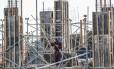 Em construção. Com a queda da Selic, os imóveis devem voltar a ser vistos como opção para investimento