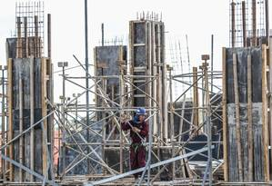 Em construção. Com a queda da Selic, os imóveis devem voltar a ser vistos como opção para investimento Foto: André Coelho